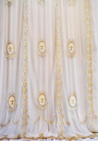 Нежная вуаль в классическом стиле с королевской лилией