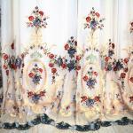 Художественная вышивка из гирлянд мелких роз, перехваченных изящными бантами