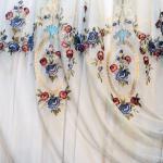 Художественная вышивка из гирлянд мелких роз на вуали